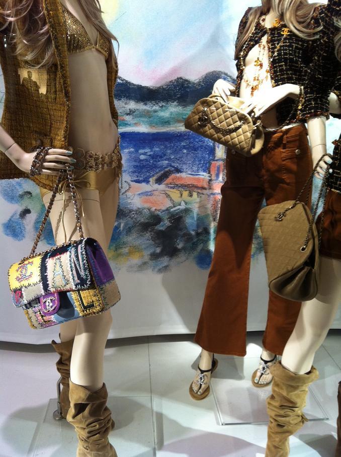 vetrine-chanel-roma-collezione-resort-borse-costume-giacche