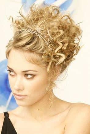 Pettinature capelli corti ricci fai da te